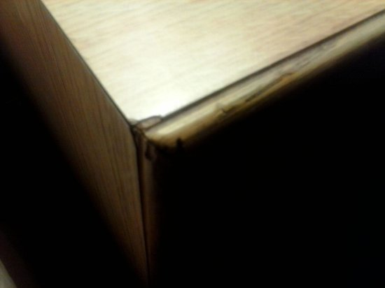 Quality Inn University Center: dinged up nightstand