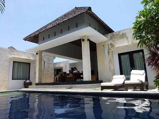 The Seminyak Suite Private Villa : the pool and lounge area