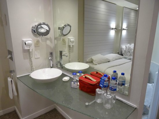 Holiday Inn Express Hotel & Suites at the WTC: Habitacion  y baño compartido