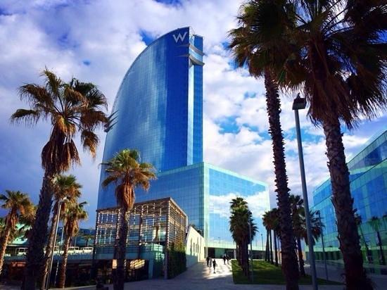 W Barcelona: Blick auf das W bei Anreise