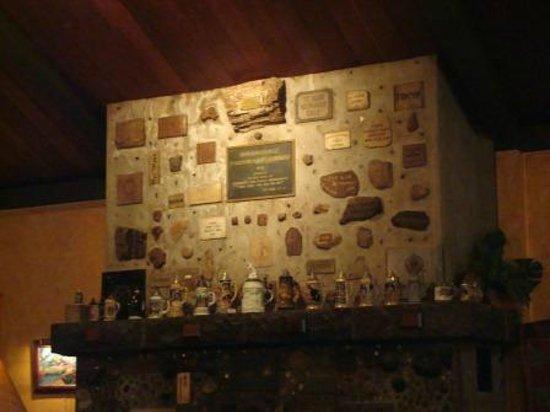 Kilauea Lodge & Restaurant: Fireplace - Kilauea Lodge, Old Volano Road, Volcano, Island of Hawaii, HI