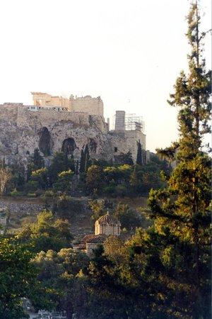 Church of the Holy Apostles: nel verde con l'acropoli