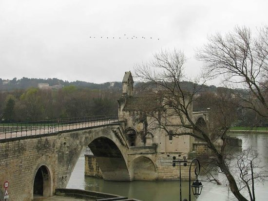 Pont Saint-Bénézet (Pont d'Avignon) : 城壁上から見るサンベネゼ橋