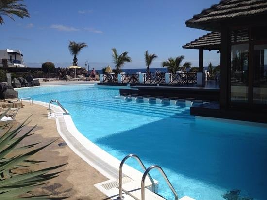 Hesperia Lanzarote: the pool bar, with a great view