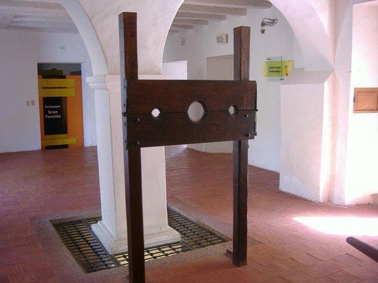 Museo Historico de Cartagena de Indias : il contrasto tra le bianche pareti e gli strumenti di morte