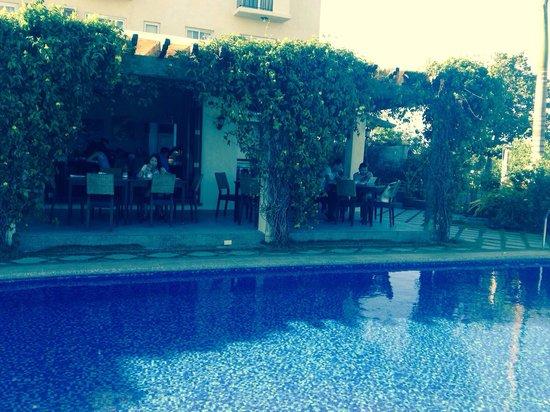 Hotel Soffia Boracay: Very nice dining area besides pool, breezily comfy