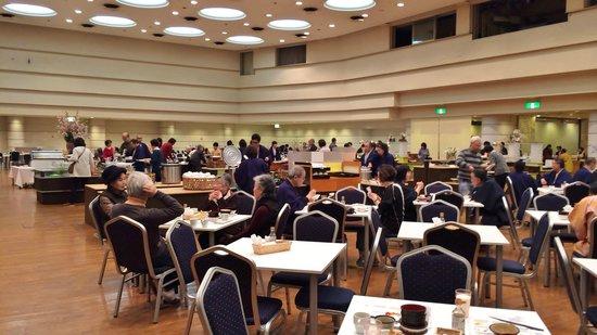 Atami New Fujiya Hotel: バイキング形式のレストラン(朝食)