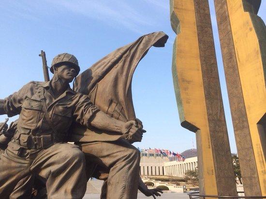 Monumento de Guerra de Corea: Statue in front of museum.
