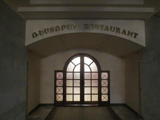 Hrazdan Hotel: Eingang zum Restaurant