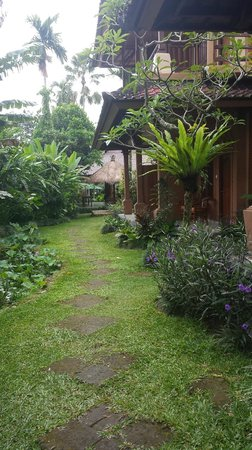 Saren Indah Hotel : Pathway to rear of rooms