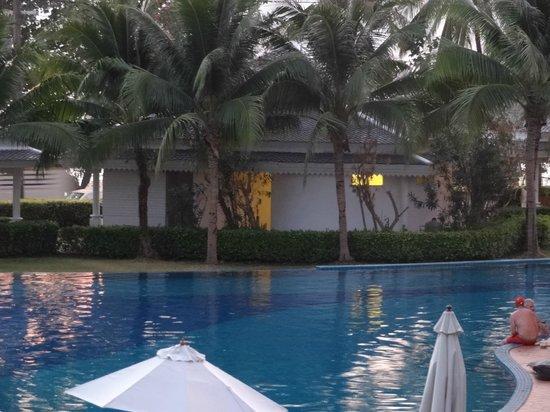Sofitel Krabi Phokeethra Golf & Spa Resort: 1 van de vele plaatsen aan het zwembad.