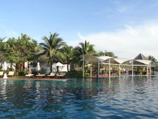 Sofitel Krabi Phokeethra Golf & Spa Resort: Zicht op het hotel vanaf het strand.
