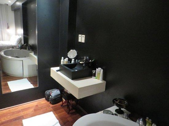 Zank by Toque Hotel : lavabo sans miroir mais deux prises!