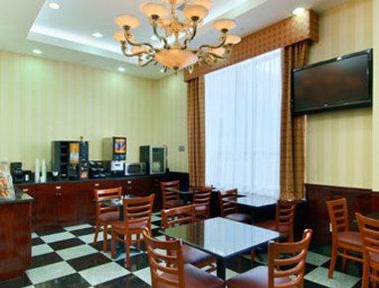 Ramada Jamaica/Queens : Breakfast Area