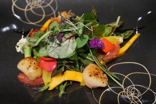 Restaurant Konrad: Salat - Wildkräutersalat mit Jakobsmuscheln