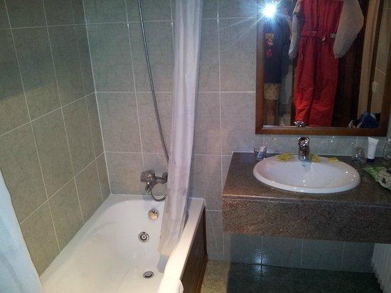 Garona Hotel: Baño recién renovado.