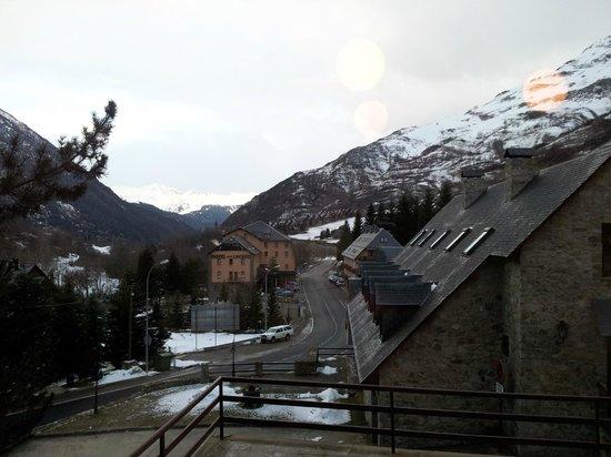 Garona Hotel: Vista del parking y la carretera desde el comedor