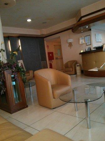 Hotel Mondial: Sala d'attesa