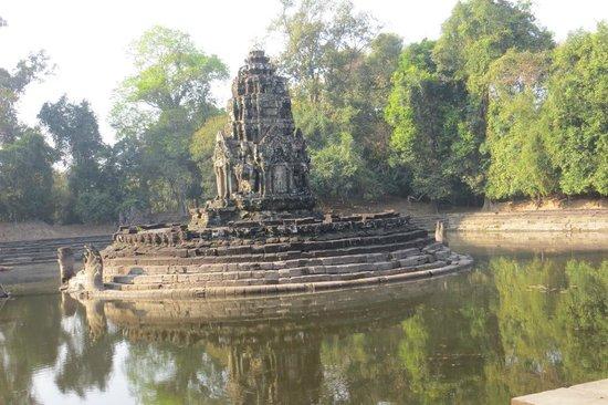 Neak Pean: the temple