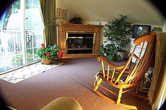 Allen Harbor Breeze Inn & Gardens: Interior
