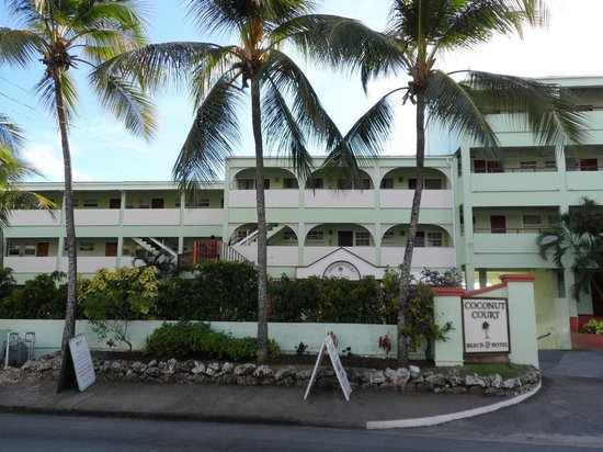 Coconut Court Beach Hotel: Front of hotel
