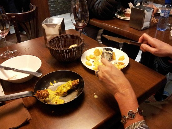 Tauerna Urtau Arties : Brocheta de pollo al curry (en sartén) y bacalao carbonizado. Deliciosas raciones