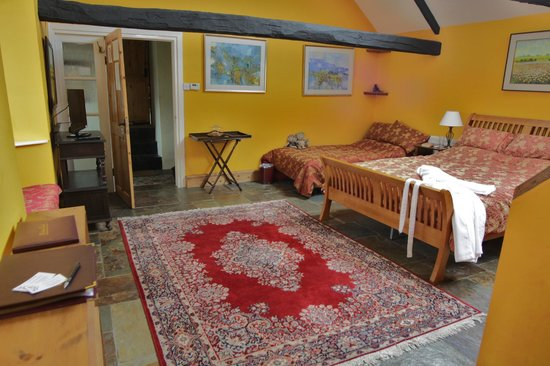 Gwarllwyn Bed & Breakfast : Bedroom suite with sofa bed ideal for children