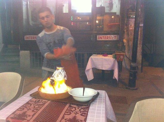 Karadeniz Kardesler Pide & Kebap Salonu: Yacob serving the special Kebab