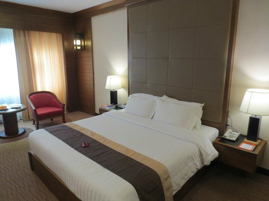 Suriwongse Hotel : Room with double bed