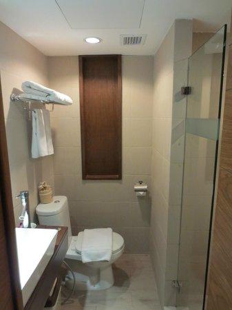 Mövenpick Suriwongse Hotel Chiang Mai: Bathroom with rain shower