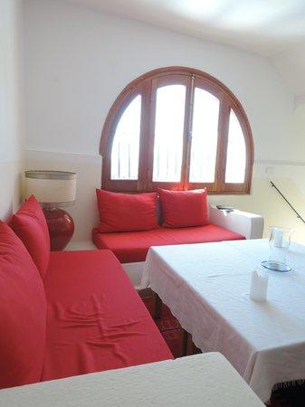 Dar Zambra: 赤がかわいいソファー