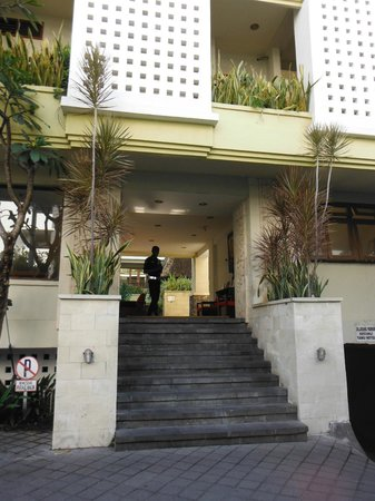 Fourteen Roses Beach Hotel: Hotel Front entrance