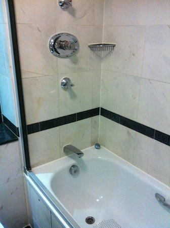 Grange Holborn Hotel: Shower over the bath