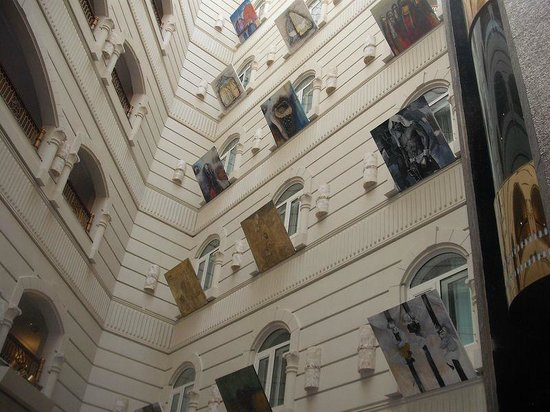 Wyndham Grand Regency Doha: In the hall you look upstairs and see more Art