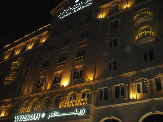 Wyndham Grand Regency Doha: The front part of the Hotel at night is magic