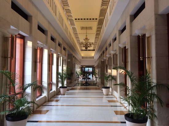 Jaypee Palace Hotel & Convention Centre Agra: Main Hallway to the Lobby