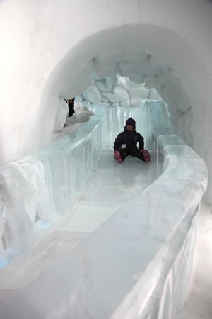 Hotel de Glace: Ice slide for young and old
