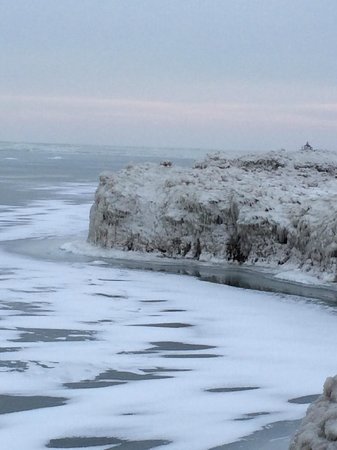 Walnut Beach : Lake Erie Frozen