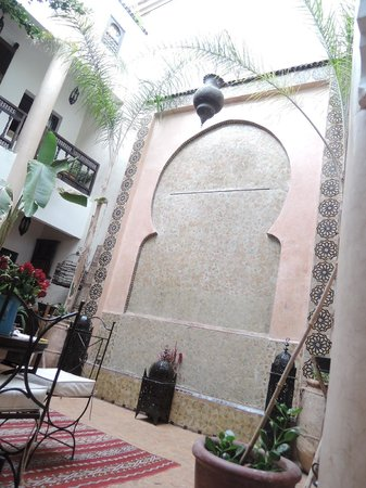 Riad Mur Akush: 中庭