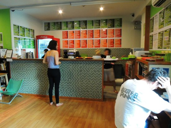 The Green Kiwi Backpacker Hostel: Counter