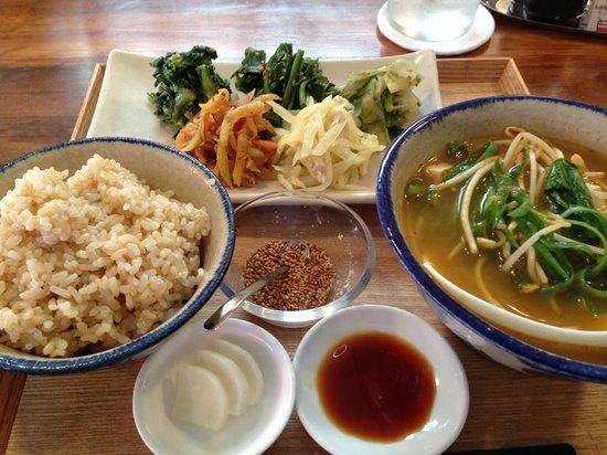Pengin Shokudo: ランチセット。島野菜のナムル。玄米バージョンです。トムヤムクン風スープも美味しい。