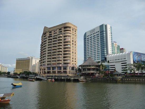Grand Margherita Hotel: Kuching riverfron with hotel Grand Margherita (left)