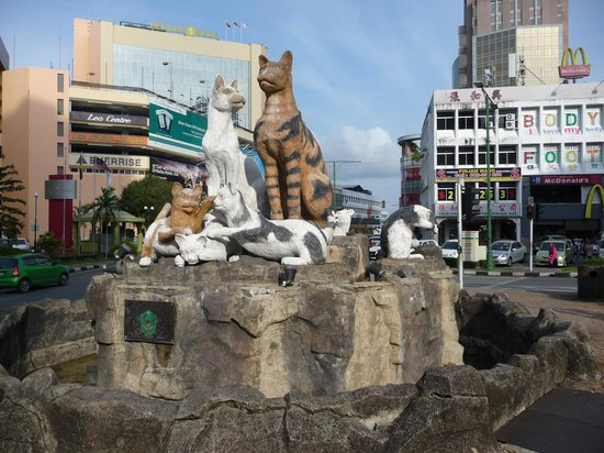 Grand Margherita Hotel: Cat statue outside Hotel Grand Margherita