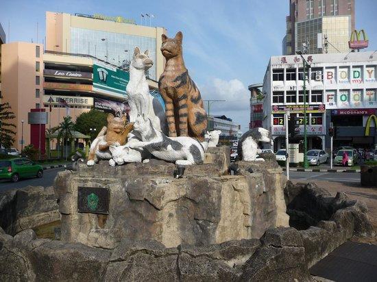 Grand Margherita Hotel : Cat statue outside Hotel Grand Margherita