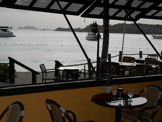 Emerald Beach Resort: Open air dining on the edge of the beach
