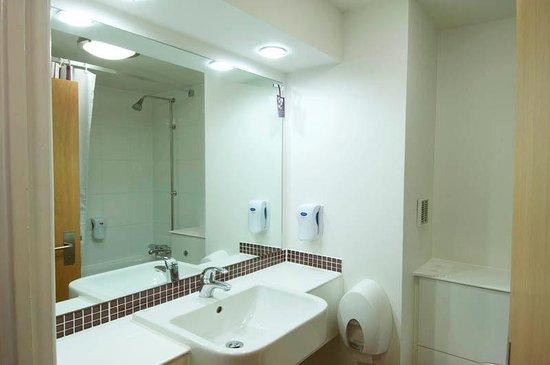 Premier Inn Leicester Central (A50) Hotel: Bathroom