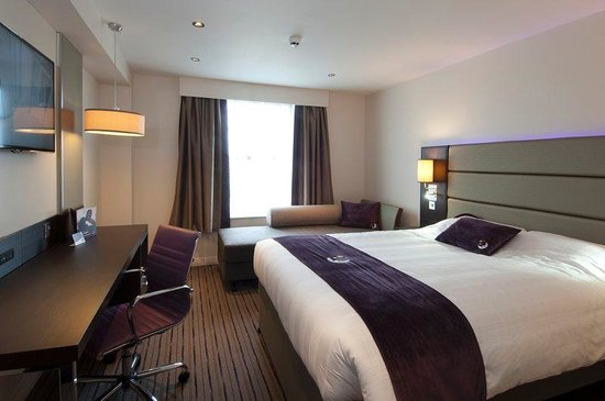 Premier Inn London Romford Central Hotel: Room