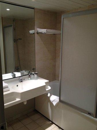 Mercure Annemasse Porte de Geneve: Bathroom