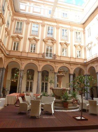 Grand Hotel Piazza Borsa : Hotelinnenhof