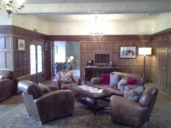 Cragwood Country House Hotel: Cosy leather armchairs
